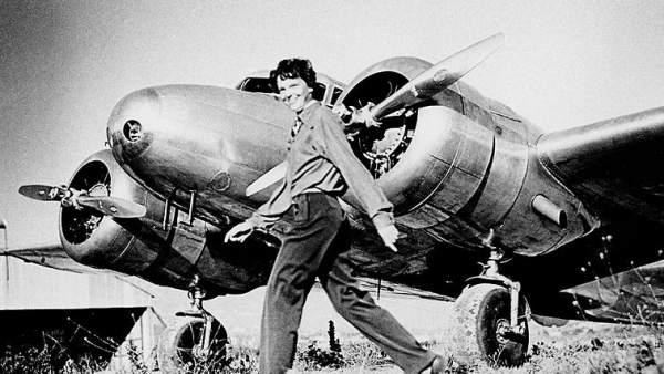Amelia Earhart junto al avión Lockhead Electra., en 1937. Crédito: Europa Press