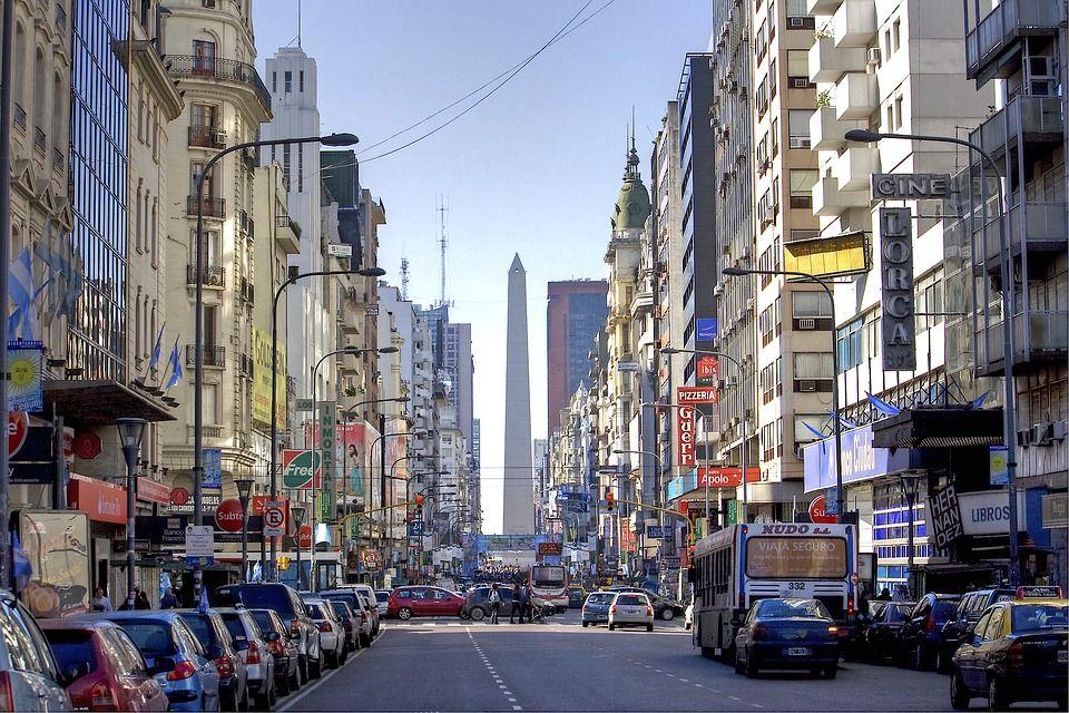 Calle de Buenos Aires. Al fondo destaca el obelisco.