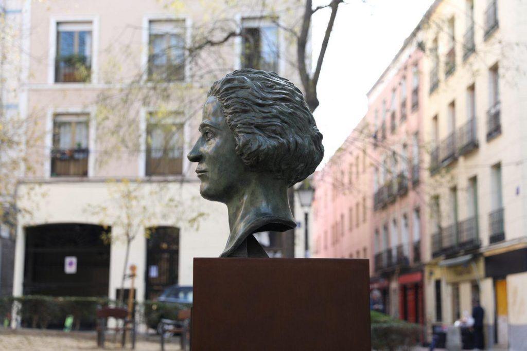 Busto de Clara Campoamor, en la Plaza de los Guardias de Corps, frente al Centro Cultural Conde Duque. Crédito: Diario de Madrid