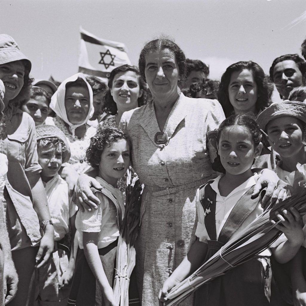 Golda Mier rodeada de niños en el kibutz Shefaim, Crédito: Théodore Brauner