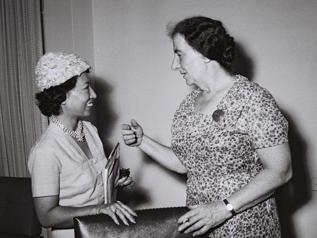 Golda Mier y la escritora y filántropa japonesa Inukai, en 1959. Crédito: Moshe Pridan