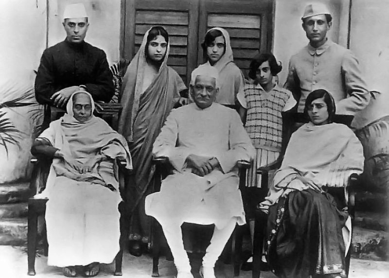 Familia Nehru: el abuelo Motilal Nehru, el padre Jawaharlal Nehru, la madre, Indira Gandhi, Ranjit Pandit y Krishna. Crédito: Wikipedia