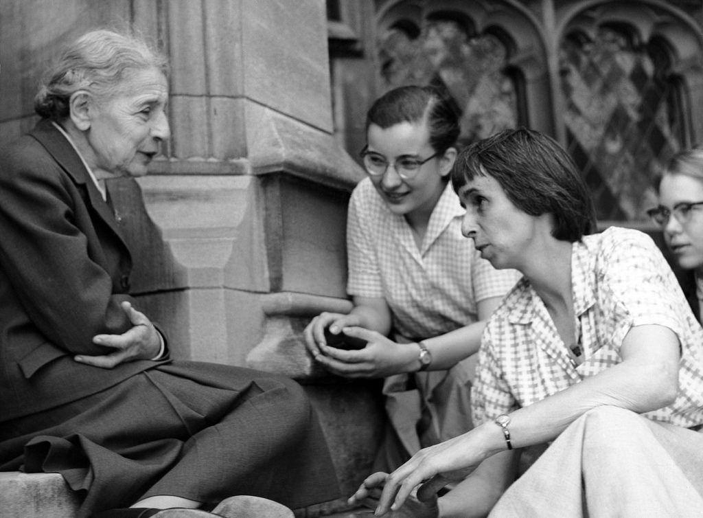 Lise Meitner con estudiantes. Biografía de Lise Meitner
