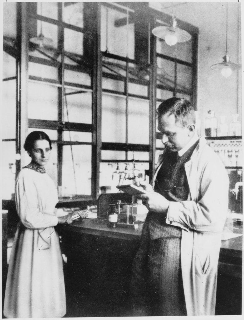 Lise Meitner y Otto Hahn en el laboratorio, en 1913