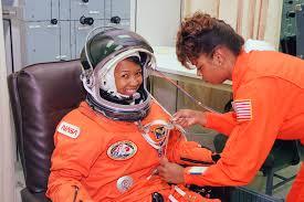 Mae Jemison vistiendo el traje espacial