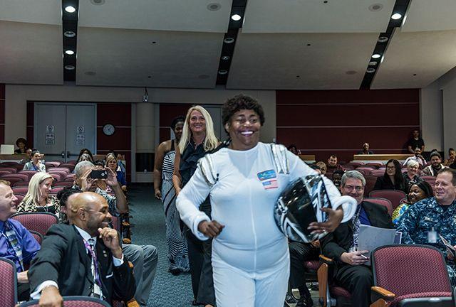 En el Día de la Igualdad de Las Mujeres, Mae Jemison participó bailando con su traje de astronauta. Crédito: Chuck Morris