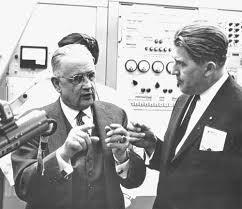 El profesor Charles Draper con Werner Von Braun. Crédito: Draper Laboratories