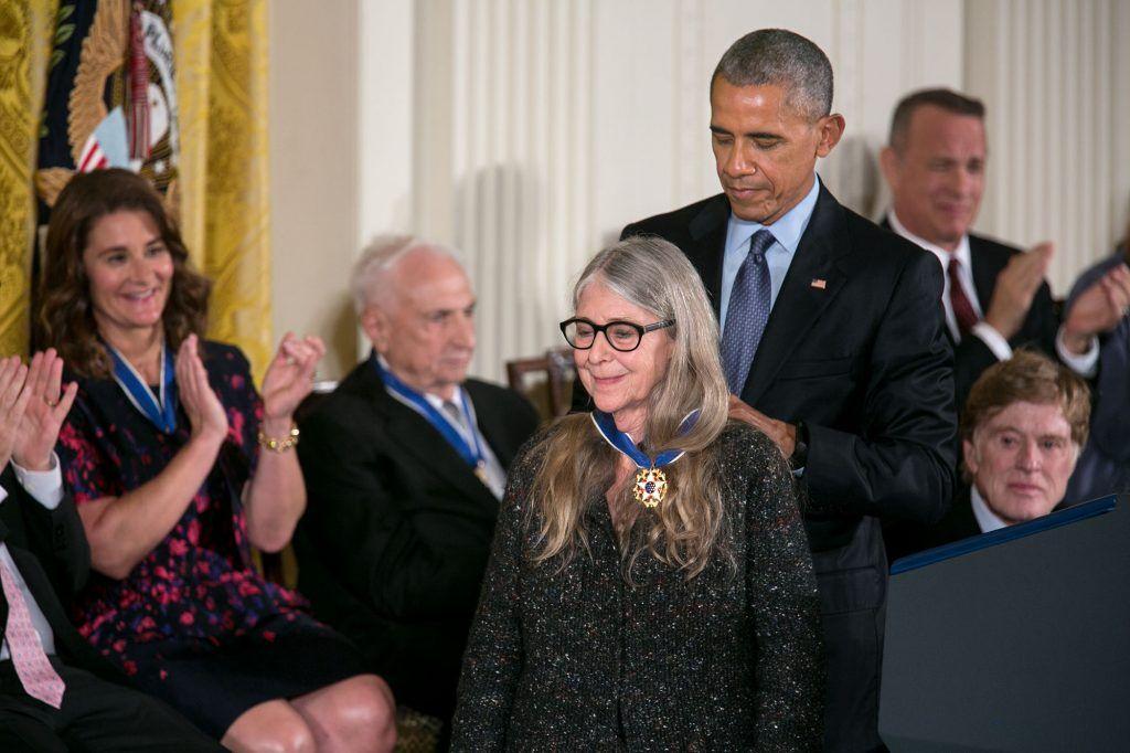El Presidente de Estados Unidos, Barack Obama entrega la Medalla a una Margaret Hamilton de 80 años. Crédito: Casa Blanca de USA.