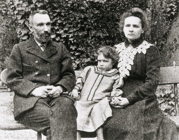Pierre y Marie Curie, con su hija Irene. Biografía de Marie Curie
