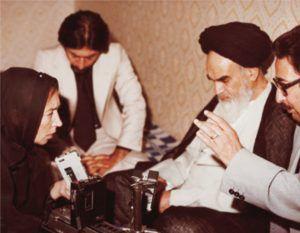Orianaí Fallaci entrevistando al poderoso ayatola iraní, Jomeini