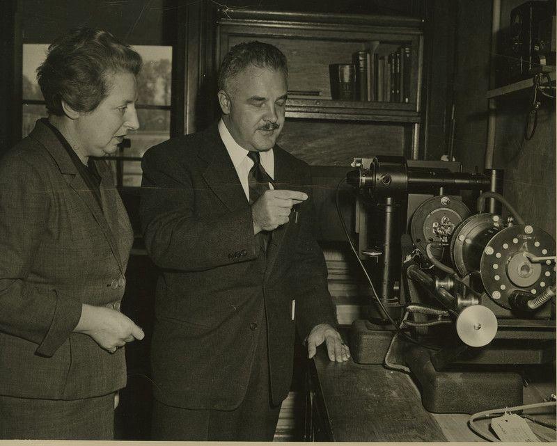 En la foto, el físico John Nielsen con Adrienne Weill, mentora y amiga de Rosalind Frnaklin. Crédito: Creative Commons