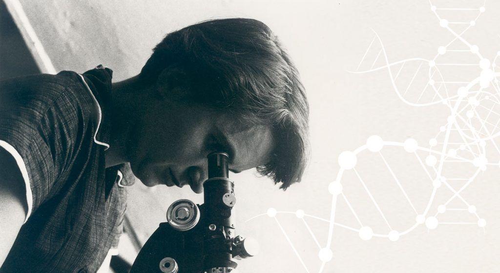 Rosalind Franklin al microscopio. Crédito: blog bioquímica.cl