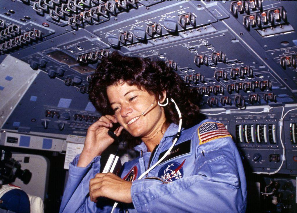 Sally comunicando con Tierra desde la nave espacial Challenger. Crédito: Wikipedia