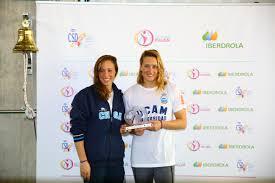 Mireia Belmonte con la nadadora española Jessica Val, especializada en estilo braza, y Licenciada en Biomedicina. Crédito: Harpagornis