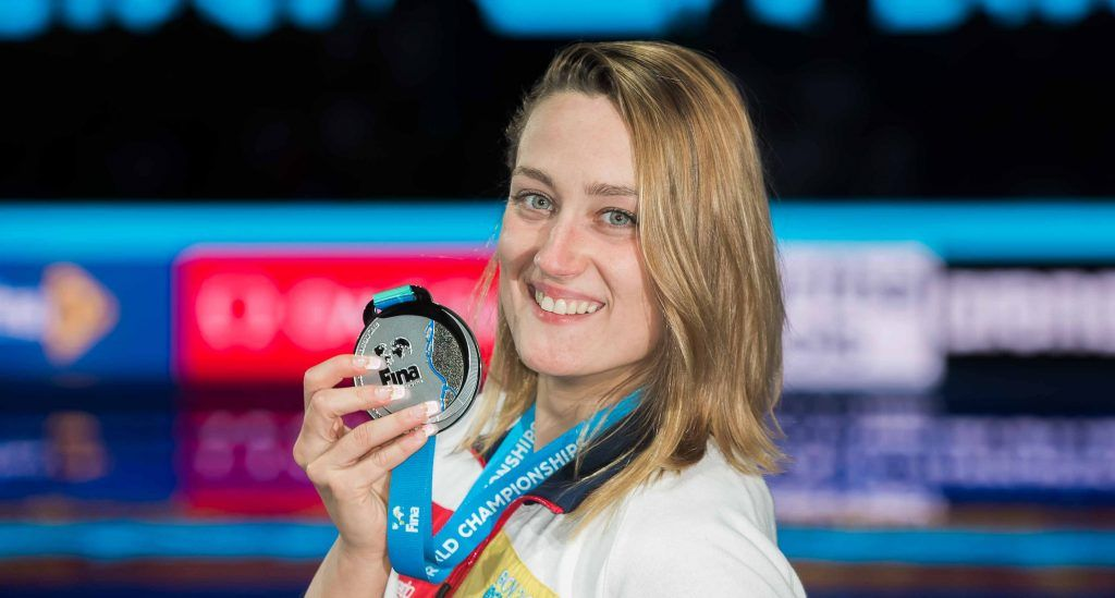 Mireia Belmonte luce con gracia su merecida medalla. Crédito: photonec.com