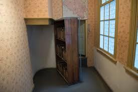 Entrada al escondite. La puerta estaba oculta detrás de una biblioteca. Crédito: Wikimedia. Fedaro.