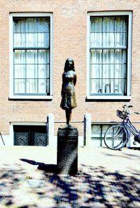 Estatua de Ana Frank, en Amsterdam. Crédito: Wikipedia