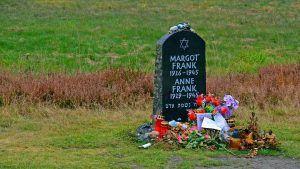 Lápida de Ana y Margot Frank en Bergen-Belsen. Crédito: Pixabay