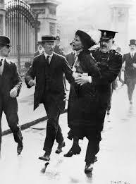 Emmeline Pankhurst detenida en las puertas del Palacio de Buckingham. Crédito: Wikimedia.