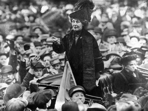 Emmeline Pankhurst arengando a una multitud en Nueva York. Crédito: Wikipedia. Topical Press Agency