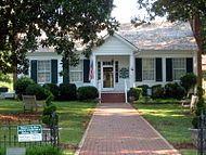 "La casa del abuelo de Helen Keller, en la granja llamada ""Ivy Green"". Crédito: Wikipedia., fotografia de 1820"