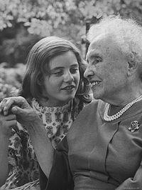 Helen Keller junto a la actriz Patty Duke, en 1961. Crédito: Wikipedia