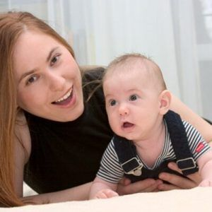 Judit Polgar con su hijo Oliver en el año 2010. Crédito: twitter.com/juditpolgar