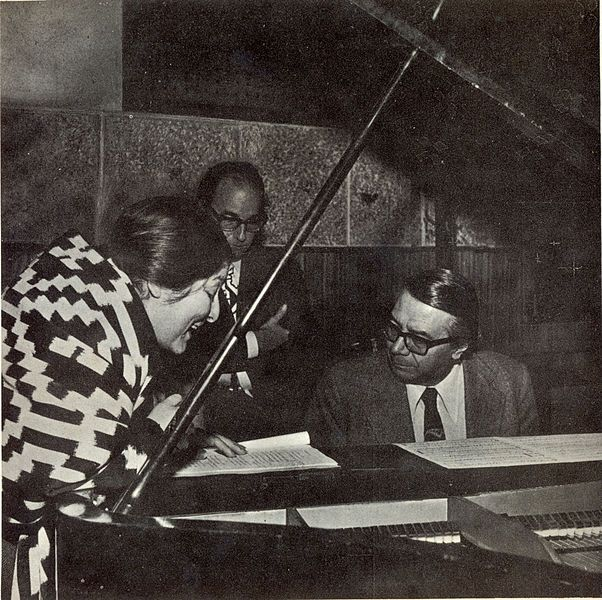 Félix Luna, de pie: Ariel Ramírez, al piano. Mercedes en el año 1972. Crédito: Wikimedia