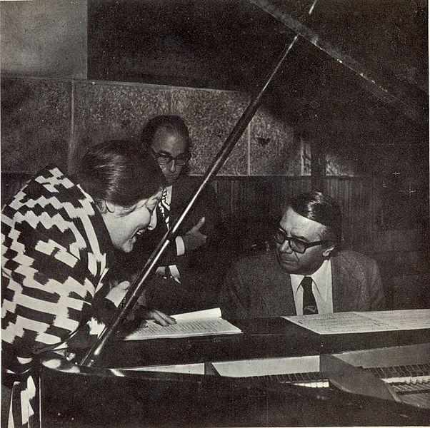Félix Luna, de pie: Ariel Ramírez, al piano. Biografía de Mercedes Sosa