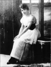 """Una joven Alfonsina de 24 años, cuando publicó """"La inquietud del rosal"""". Crédito: Wikimedia. Archivo General de la Nación Argentina."""