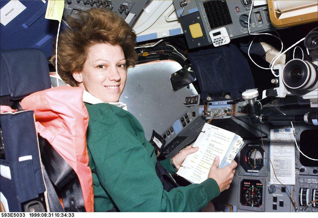 Eileen Collins chequeando las lista de trabajos. Crédito: Flickr