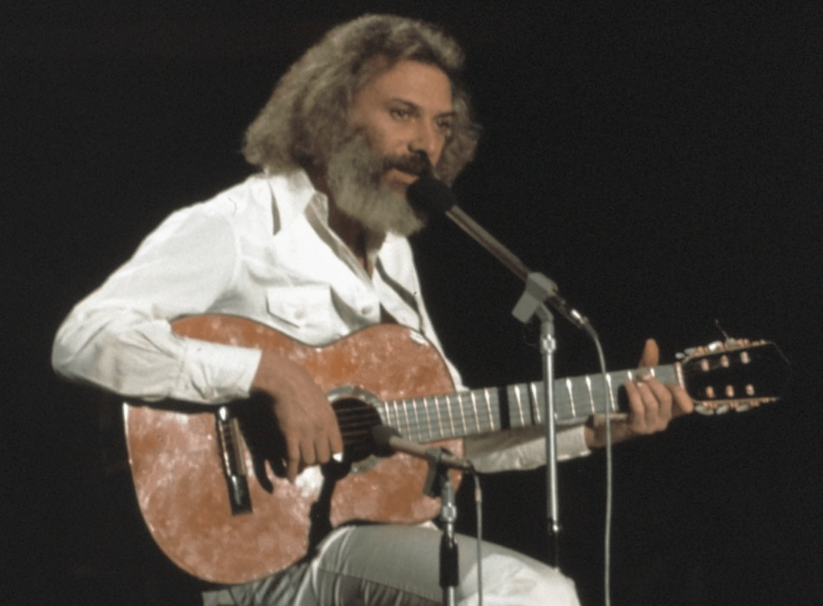 George Moustaki en una gala del disco, en 1974. Crédito: Wikimedia Commons. Archibald Tattle.