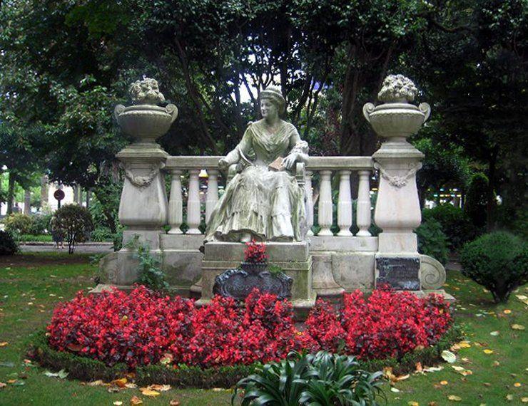Conjunto escultórico en La Coruña, en memoria de Emilia Pardo Bazán. Crédito: Xosé Calvo. Wikipedia