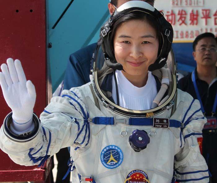 Liu Yang en el Centro de Lanzamiento de Satélites. Crédito: web sonbuenasnoticias.com