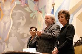 El Rector de la Universidad de Chile entrega el premio a la doctora Marcela Contreras. Crédito: Pablo Madariaga. web uchile.cl