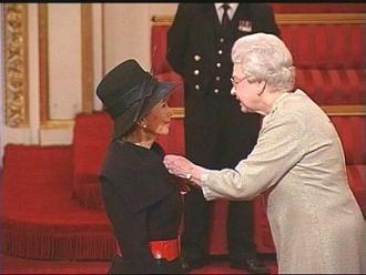 La Reina Isabel II de Inglaterra y Marcela Contreras, de Chile. Crédito: web usach,cl