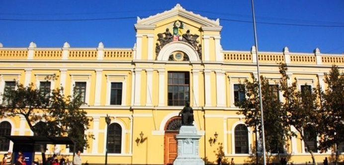 Casa Central de la Universidad de Chile. La preside una estatua de su más insigne Rector, Don Andrés Bello. Crédito: Wikipedia