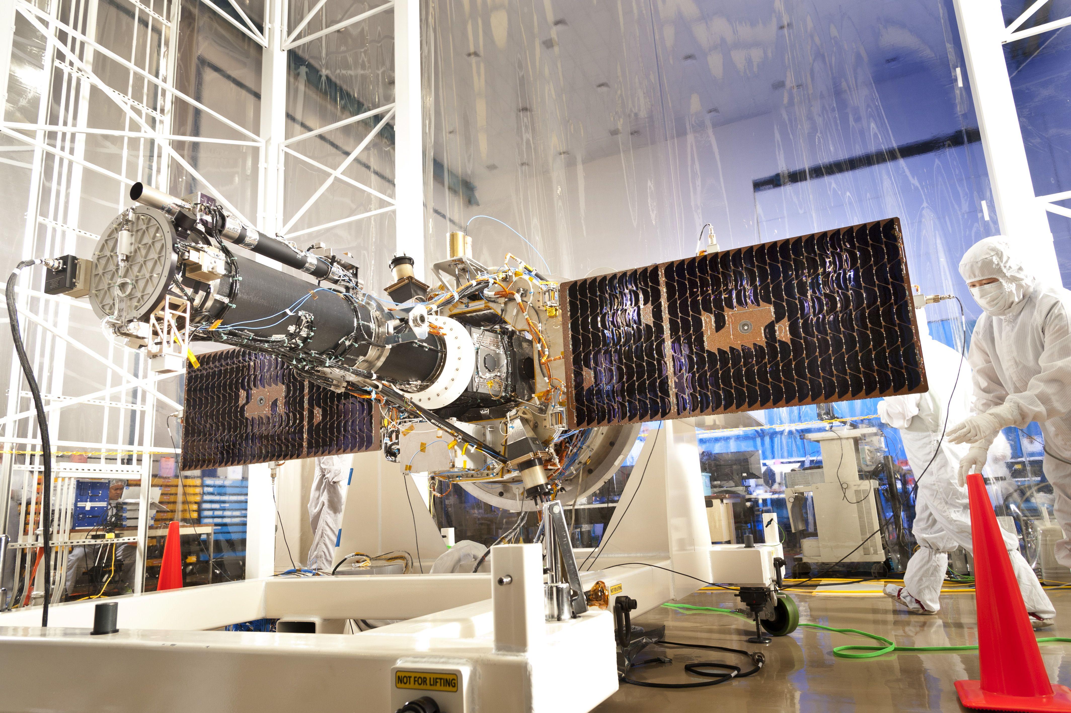 Centro Espacial de Vuelos, Goddard. Preparación de un satélite con espectrógrafo. Crédito: NASA