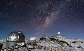 A la derecha de la imagen, se ve el telescopio de 3,6 metros. de la ESO. Crédito: José Francisco Salgado. ESO