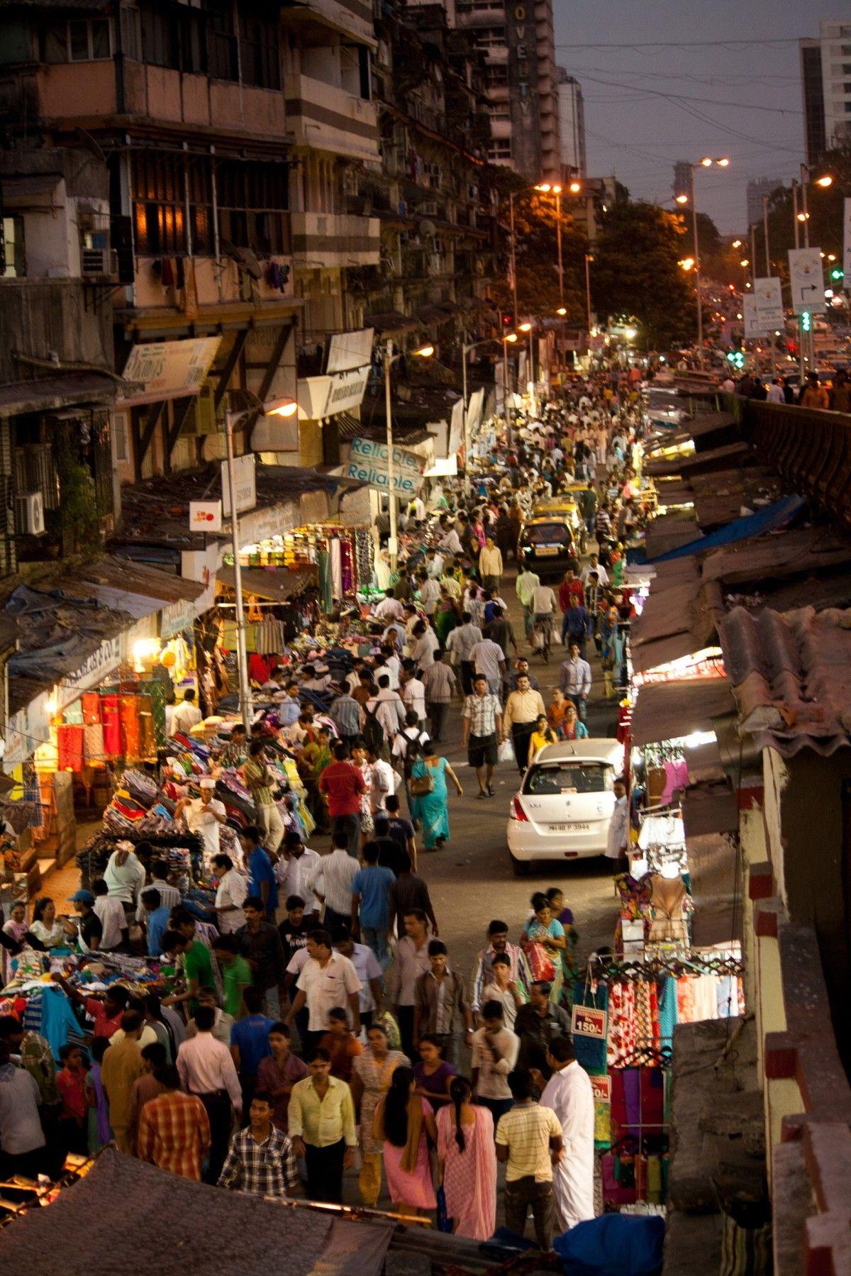 Una concurrida calle en Mumbay. Biografía de Anna Ferrer