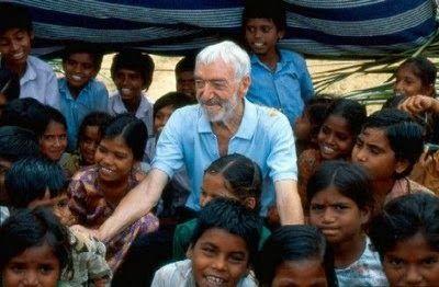 Vicente Ferrer repartiendo felicidad a unos niños.