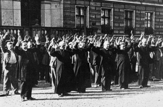 Sacerdotes y civiles de Varsovia eran fusilados sin compasión por los invasores de Varsovia. Crédito: Wikipedia.