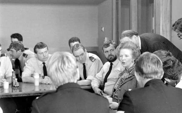 Margaret Thatcher con policías de York, en 1984. Crédito: web york.mix.com