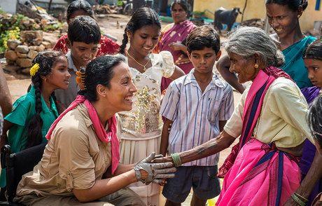 Teresa Perales con las mujeres de la India. Crédito: web teresaperales.es