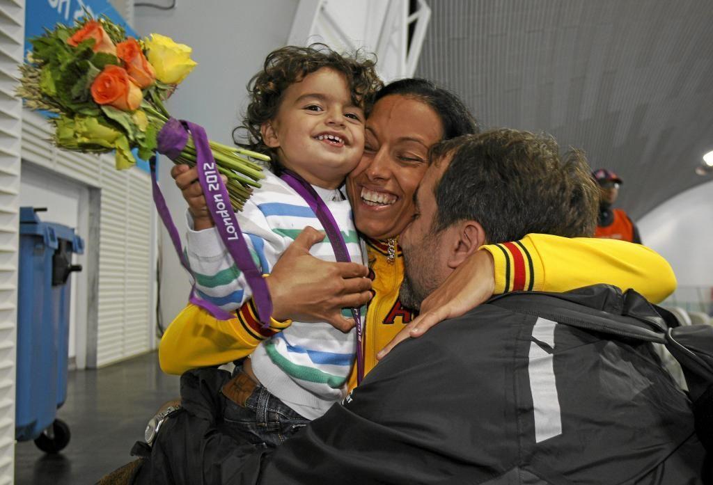 Teresa Perales con su marido Mariano Menor y Marianito, durante las Olimpíadas de Londres 2012. Crédito: Ramón Navarro. web marca.es