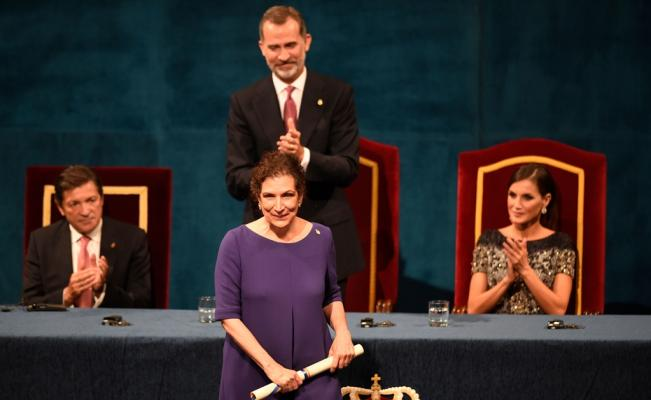 La entrega de premios fue un acontecimiento feliz para Alma Guillermoprieto. Crédito: web eluniversal.com.mx