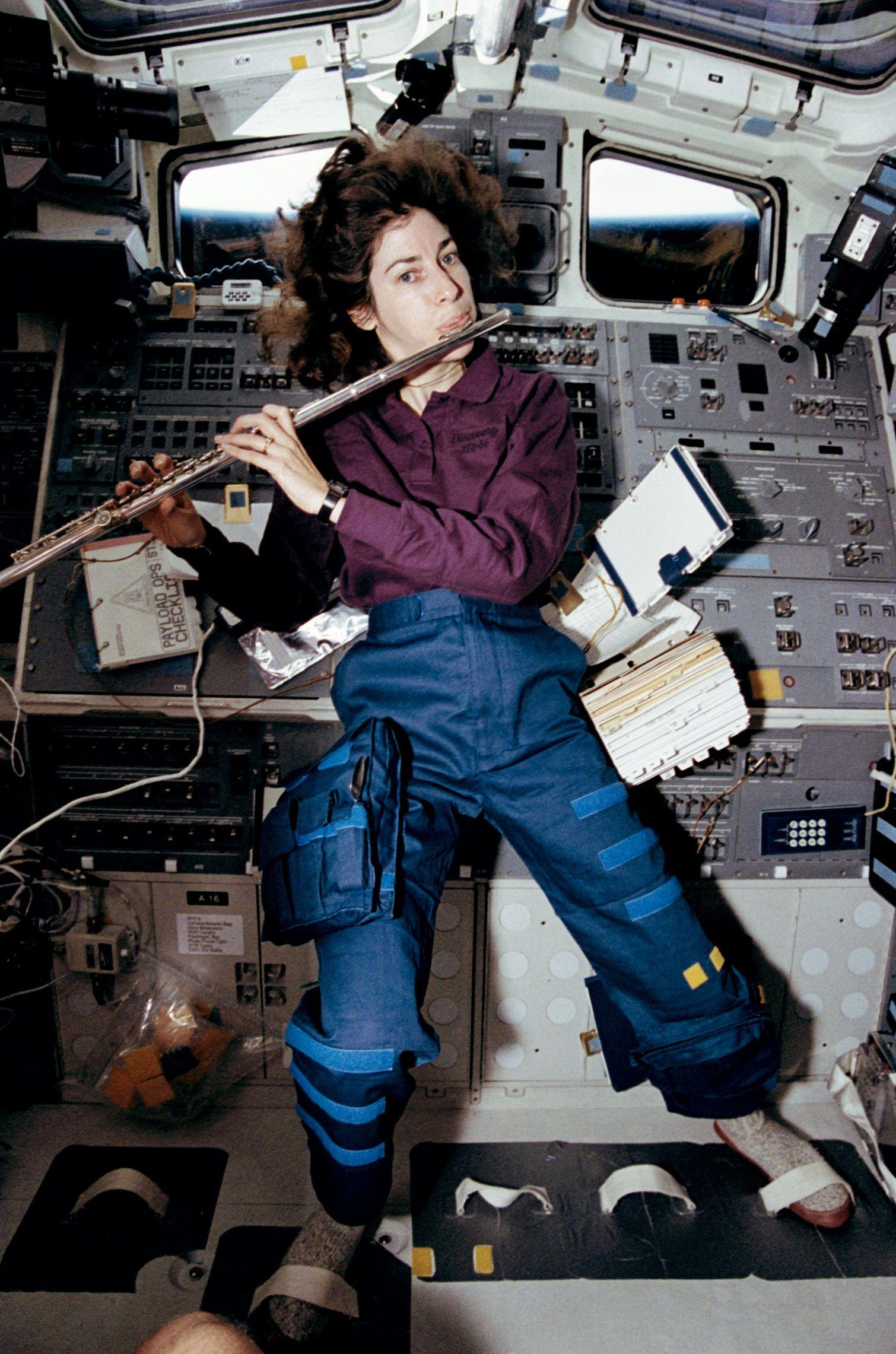 Ellen Ochoa muestra sus habilidades musicales en el espacio. Crédito: web visionlearning.com