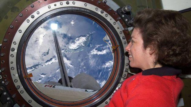 Ellen Ochoa contempla la Tierra desde la Estación Espacial Internacional. Crédito: web bbc.com