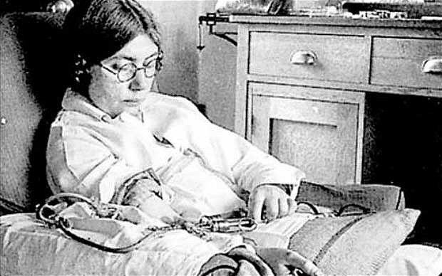 Elsie Widdowson se inyecta a sí misma con soluciones de calcio, magnesio y hierro (Londres, 1934). Crédito: web telegraph.co.uk
