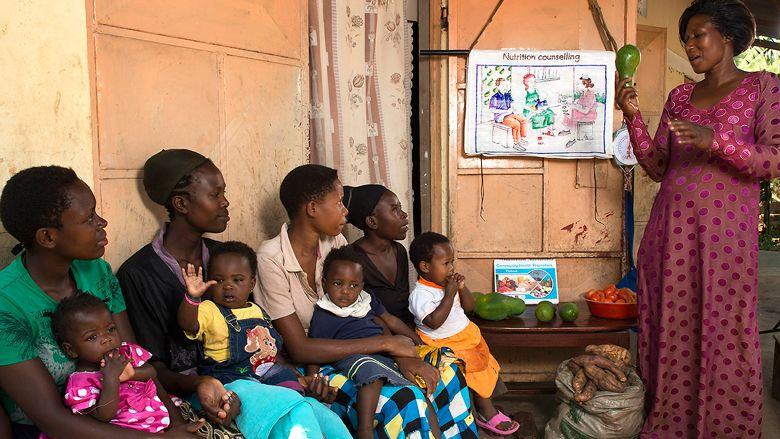 Una nutricionista difunde temas de salud en el pueblo de Mityebili, Uganda. Crédito: web bancomundial.org
